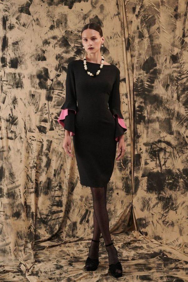 Čierne puzdrové šaty s ružovým volánom