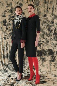 čierne ripové šaty na lemoch rukávov so zvieracím motívom