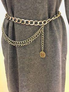 šedé pletené šaty