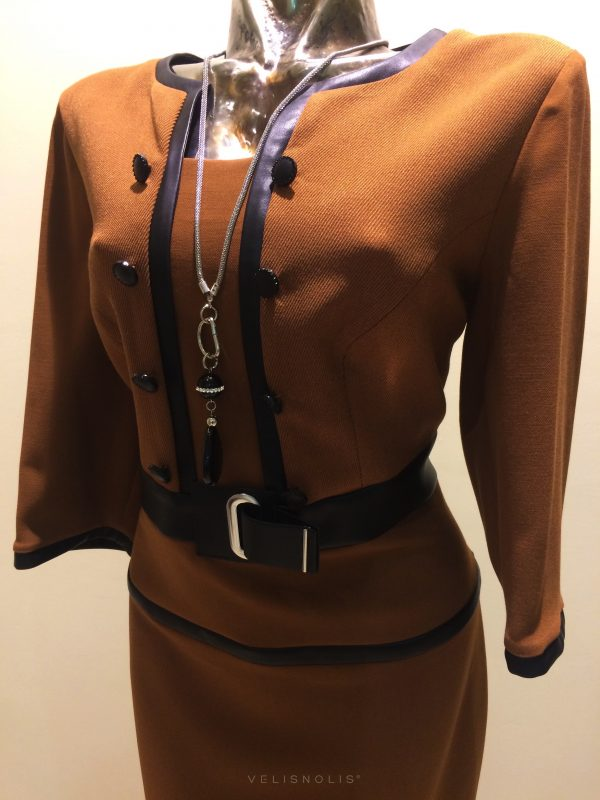 hnedé šaty s lemovaním