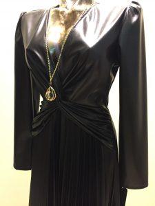 čierne šaty imitácia kože