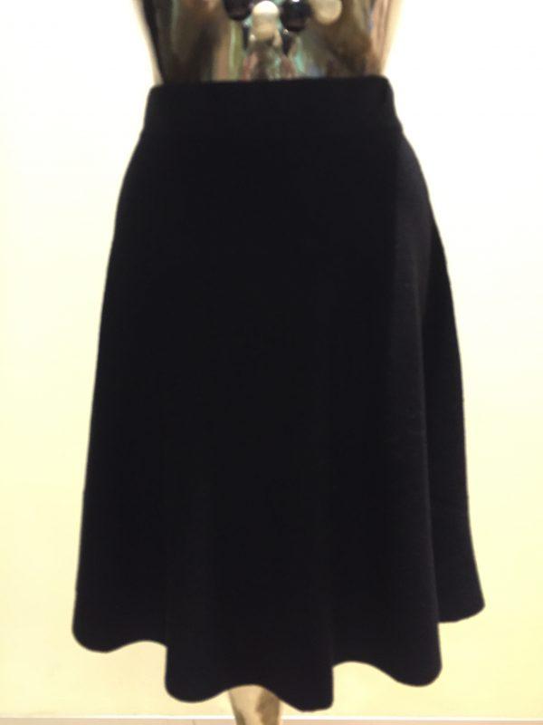 čierna sukňa z kolekcie pletenín najvyššej kvality